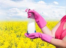 Reinigungsprodukt in den Händen der Frauen Lizenzfreie Stockfotos