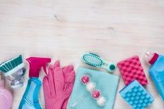 Reinigungsprodukte auf hölzernem Hintergrund mit copyspace an der Spitze Lizenzfreies Stockfoto