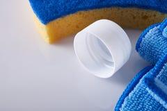 Reinigungsprodukte auf weißem Tabellenabschluß herauf oberste erhöhte Ansicht Lizenzfreie Stockfotos