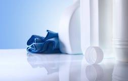 Reinigungsprodukte auf weißem Tabellenabschluß oben Lizenzfreies Stockfoto