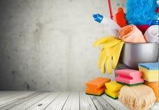 Reinigungsprodukte im Eimer auf Hintergrund Lizenzfreie Stockbilder