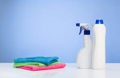 Reinigungsproduktkonzepthintergrund mit Zubehör Stockfotos