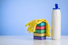 Reinigungsproduktkonzepthintergrund mit Zubehör Stockbilder
