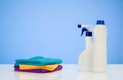 Reinigungsproduktkonzepthintergrund mit Zubehör Lizenzfreie Stockbilder