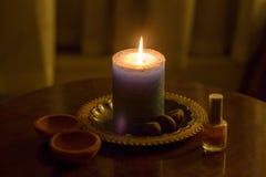 Reinigungsritual des zeremoniellen Kerzenlichtes lizenzfreies stockbild