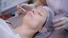 Reinigungsschale im Schönheitssalon Kosmetische Behandlung des Gesichtes stock video