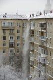 Reinigungsschnee vom Dach Moskau Lizenzfreies Stockfoto