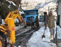 Reinigungsschnee von der Mughal-Straße in Poonch Lizenzfreie Stockbilder