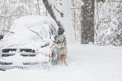 Reinigungsschnee weg vom Fahrzeug stockbild