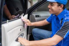 Reinigungsservice-Arbeitskraft des männlichen Autos, die schwarzes Auto wäscht lizenzfreie stockbilder