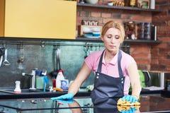 Reinigungsservice sauberer Kocher der Frau an der Küche Lizenzfreies Stockbild