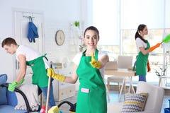 Reinigungsservice-Team, das im Raum arbeitet lizenzfreies stockbild