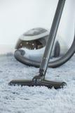 ReinigungsTeppichboden mit Staubsauger im Wohnzimmer lizenzfreies stockbild