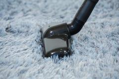 ReinigungsTeppichboden mit Staubsauger im Wohnzimmer stockfotos