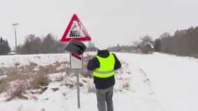 Reinigungswarnzeichen der Arbeitskraft vom Schnee nahe Straße stock video
