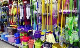 Reinigungswerkzeuge im Supermarkt lizenzfreies stockbild