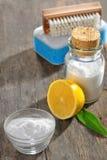 Reinigungswerkzeuge mit Zitrone und Natriumbikarbonat Lizenzfreies Stockfoto