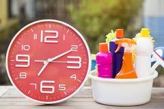 Reinigungszeit mit Reinigungsprodukten auf hölzerner Tabelle Lizenzfreie Stockfotografie