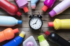Reinigungszeit mit Reinigungsprodukten auf hölzerner Tabelle Lizenzfreies Stockfoto