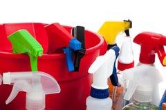 Reinigungszubehör in einer roten Wanne auf Weiß Lizenzfreies Stockfoto