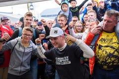 Reinis Nitiss, nieuwe Europese kampioen van EURO Supercar, stelt met zijn ventilators, tijdens stock foto's