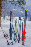 Reinli,挪威- 2018年3月26日:滑雪室外在随风飘飞的雪的看法和棍子在冬天在自然背景中依靠, 库存图片