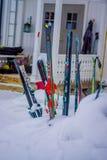 Reinli,挪威- 2018年3月26日:滑雪室外在随风飘飞的雪的看法和棍子在冬天在自然背景中依靠, 免版税库存照片