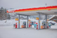 Reinli Norge - mars 26, 2018: Den utomhus- sikten av bilar tankar på bensinstationen i den Valdres regionen i den Reinli staden arkivfoto