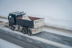 Reinli, Norvège - 26 mars 2018 : Au-dessus de la vue de la machine de neige-élimination nettoie la rue de la neige pendant le mat Image libre de droits