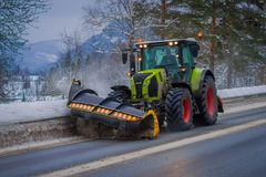 Reinli, Norvège - 26 mars 2018 : La vue extérieure de la machine de neige-élimination nettoie la neige dans les arbres couverts p Photos libres de droits