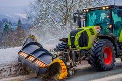 Reinli, Norvège - 26 mars 2018 : La vue extérieure de la machine de neige-élimination nettoie la neige dans les arbres couverts p Image libre de droits
