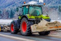 Reinli, Norvège - 26 mars 2018 : La vue extérieure de la machine de neige-élimination nettoie la neige dans les arbres couverts p Photographie stock libre de droits