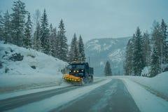 Reinli, Norvège - 26 mars 2018 : La vue extérieure de la machine de neige-élimination nettoie la rue de la route de la neige deda Image libre de droits