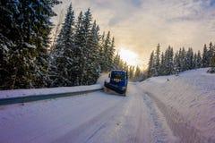 Reinli, Norvège - 26 mars 2018 : La vue extérieure de la machine de neige-élimination nettoie la rue de la route de la neige deda Photographie stock