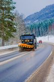 Reinli, Norvège - 26 mars 2018 : La vue extérieure magnifique de la machine de neige-élimination nettoie la rue de la route du Photo stock