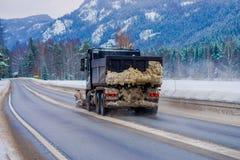 Reinli, Norvège - 26 mars 2018 : La vue extérieure magnifique de la machine de neige-élimination nettoie la rue de la route du Photos libres de droits