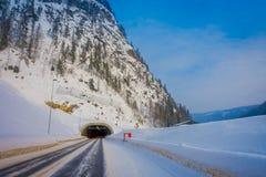 Reinli, Norwegen - 26. März 2018: Ansicht im Freien des Winterstraßenschnees und -eises im Wald, mit informativem Zeichen an Lizenzfreies Stockbild