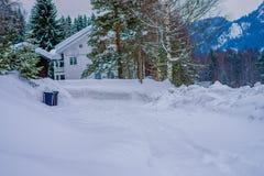 Reinli Norwegia, Marzec, - 26, 2018: Plenerowy widok tradycyjny drewniany bielu dom z śniegiem w dachu w oszałamiająco naturze Obraz Stock