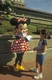Reino mágico del mundo de Disney - ratón y ventilador de Minnie Imagen de archivo libre de regalías