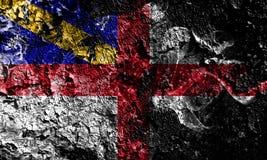 Reino Unido - bandeira místico fumarento do Herm no fundo sujo velho da parede ilustração royalty free