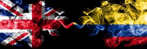 Reino Unido contra Colômbia, bandeiras místicos fumarentos colombianas colocadas de lado a lado Bandeiras de seda coloridas gro ilustração do vetor