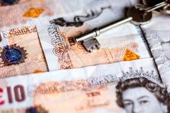 Reino Unido diez notas de la libra y llaves de la casa Foto de archivo libre de regalías