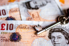 Reino Unido diez notas de la libra y llaves de la casa Imágenes de archivo libres de regalías