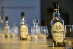 Reino Unido, Escocia 17 05 Botellas 2016 de la producción de la destilería del whisky de Glen Grant Speyside Single Malt Scotch Foto de archivo libre de regalías