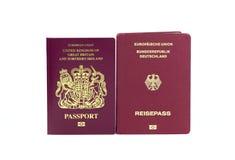 Reino Unido y pasaportes biométricos alemanes en un fondo blanco fotos de archivo libres de regalías