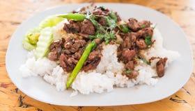 Reis überstieg Huhn und Basilikum Lizenzfreies Stockfoto