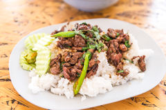 Reis überstieg Huhn und Basilikum Stockfotografie