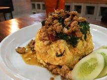 Reis überstieg mit angebratenem Schweinefleisch und Basilikum, Omelett Lizenzfreie Stockbilder