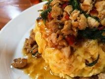 Reis überstieg mit angebratenem Schweinefleisch und Basilikum, Omelett Stockbild