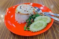 Reis überstiegen mit angebratenem Schweinefleisch, Basilikum und Spiegelei (sonniges SID Lizenzfreie Stockfotos